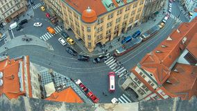 Изумительный взгляд крыш зданий и церков St. Thomas в Праге от вершины колокольни St Nicholas, 4k акции видеоматериалы