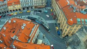 Изумительный взгляд крыш зданий и церков St. Thomas в Праге от вершины колокольни St Nicholas сток-видео