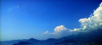 изумительный взгляд ландшафт совершенный море, горы, остров и небо с облаками Стоковое Изображение RF