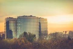 Изумительный взгляд многоэтажного здания офиса стекла на заходе солнца Стоковые Фотографии RF