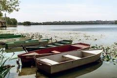 Изумительный взгляд на старых красочных деревянных шлюпках на солнечном озере на c Стоковые Изображения