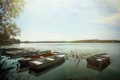 Изумительный взгляд на старых красочных деревянных шлюпках на солнечном озере на c Стоковое Фото