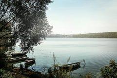 Изумительный взгляд на старых красочных деревянных шлюпках на солнечном озере на c Стоковое Изображение RF