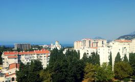 Изумительный взгляд от балкона бар, Черногория, море, горы и здания города Стоковые Фото
