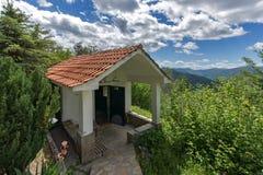 Изумительный взгляд церков в лесе креста gora Krastova, горе Rhodope, Болгарии стоковая фотография