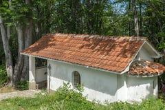 Изумительный взгляд церков в лесе креста gora Krastova, горе Rhodope, Болгарии стоковые фотографии rf
