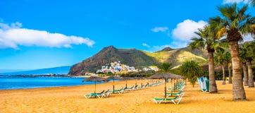 Изумительный взгляд las Teresitas пляжа с желтым песком, зонтики, стоковые изображения rf