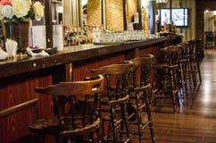 Изумительный винтажный бар с деревянными стульями Стоковое Изображение