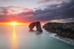 Изумительный восход солнца над Castro de las Gaviotas стоковые изображения