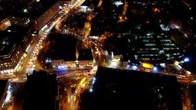 Изумительный город ночи вполне красочных светов и движение заполнили дороги, гипер промежуток времени, воздушную съемку акции видеоматериалы