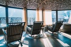Изумительный дизайн интерьера террасы КУРОРТА с горным видом Стоковое Фото