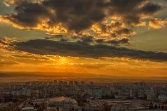 Изумительный заход солнца над городом Стоковая Фотография RF