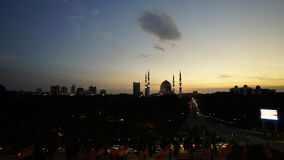 Изумительный заход солнца на мечети в Малайзии видеоматериал