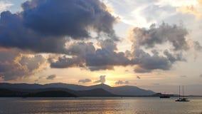 Изумительный заход солнца на море, горы в предпосылке, красочном красивом небе с облаками Шлюпки плавая на океан Таиланд акции видеоматериалы