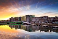 Изумительный заход солнца на реке города пробочки стоковая фотография rf
