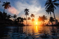 Изумительный заход солнца на тропическом пляже моря Путешествия Стоковые Фотографии RF