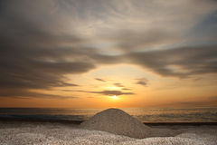 изумительный заход солнца пляжа Стоковые Изображения