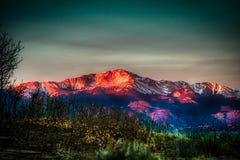 Изумительный и идилличный восход солнца Alpenglow щук выступает стоковая фотография rf