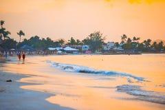 Изумительный красивый заход солнца на экзотическом карибском пляже Стоковое Фото