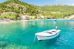 Изумительный кристалл - ясное море с шлюпкой и пляжем в полуострове Peljesac, Далмации, Хорватии стоковые изображения rf