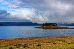 Изумительный ландшафт озера запруды Batak, Болгарии Стоковое фото RF