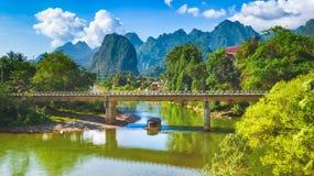 Изумительный ландшафт реки среди гор Лаос панорама Стоковая Фотография RF