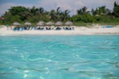 Изумительный песчаный пляж против безоблачного неба стоковое фото