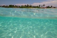 Изумительный песчаный пляж против безоблачного неба стоковое изображение rf