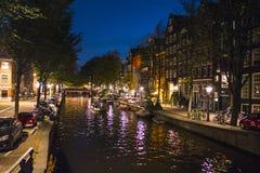 Изумительный район канала в Амстердаме к ноча стоковая фотография