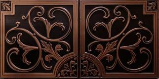 Изумительный роскошный взгляд текстурированного потолка детального, темного коричневого цвета кроет предпосылку черепицей Стоковое Изображение RF