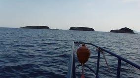 Изумительный смычок seascape моторки причаливая к малым острову или скале в съемке POV открытого моря видеоматериал