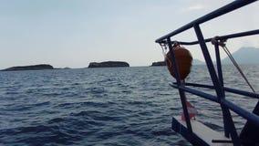 Изумительный смычок seascape моторки причаливая к малым острову или скале в съемке POV открытого моря акции видеоматериалы
