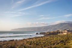 Изумительный сценарий ландшафта на пляже Guincho в Cascais, Португалии Цвета захода солнца, горы, большие волны стоковые фотографии rf