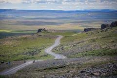 Изумительный сценарный ландшафт дороги горы снял на Исландии стоковое фото