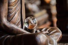 Изумительный хрустальный шар в руках статуи монаха Стоковое фото RF