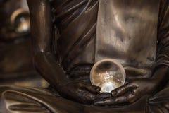 Изумительный хрустальный шар в руках статуи монаха Стоковое Фото