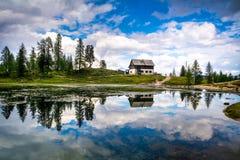 Изумительн Lago Di Federa Видеть с красивым отражением Величественный ландшафт с доломитами выступает, Cortina d'Ampezzo, южный Т стоковые изображения rf