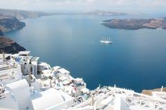 Изумительная вулканическая кальдера в острове Кикладах Греции Santorini