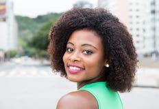 Изумительная женщина от Африки в зеленой рубашке в городе Стоковые Фотографии RF