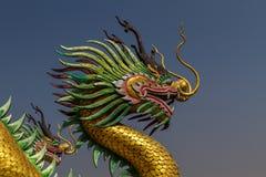 Изумительная золотая голова дракона на китайском виске Стоковая Фотография