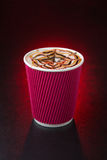 Изумительная кофейная чашка на красной предпосылке Стоковые Изображения RF