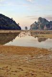 Изумительная малая вода на заходе солнца на острове Phi Phi Koh стоковое фото