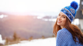 Изумительная молодая женщина в лыже одевает outdoors Стоковые Изображения