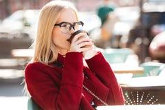 Изумительная молодая кавказская женщина говоря кофе телефона выпивая Стоковое Изображение RF