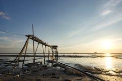 Изумительная тропическая предпосылка захода солнца, деревянная башня водяной помпы на тинном пляже Стоковое Изображение RF