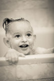Изумительная улыбка ребенка в ванной комнате washable Стоковые Изображения