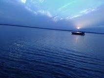 Изумительное солнце взгляда над шлюпкой Стоковое Изображение