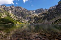 Изумительное ясное озеро горы Tatry Польша Стоковые Изображения RF