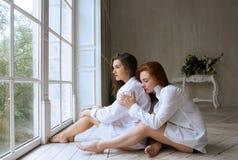 Изумительно красивые девушки в белых рубашках Стоковое Изображение RF