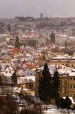 Изумительные башни Карлова моста и старого района городка во время зимнего дня Шторм сильного снегопада, Прага, чехия Стоковое Изображение RF
